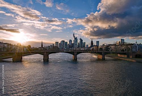 Leinwanddruck Bild Sonnenuntergang in Frankfurt am Main mit Blick auf die Skyline in Hessen, Deutschland