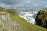 Fototapeta Tęcza - Touristen betrachten den Regenbogen über dem Wasserfall Gullfoss, Island © sailer