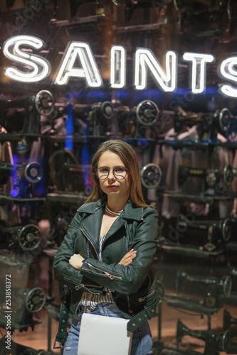 Hübsche Junge Frau mit Brille im Coolen Lifestyle Look