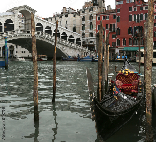 obraz lub plakat gondola moored on the Grand Canal near the Rialto Bridge in Veni