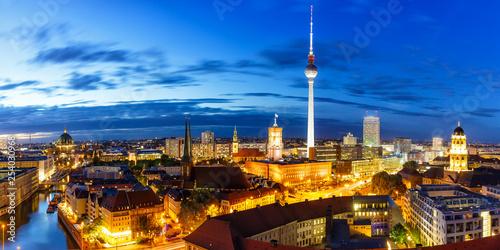 Berlin Panorama Skyline Fernsehturm Rotes Rathaus bei Nacht Deutschland Stadt