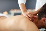 Przystojny mężczyzna ma masaż w zdroju salonie