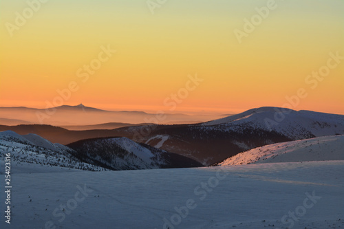 Piękny zachód słońca nad górami, Sudety