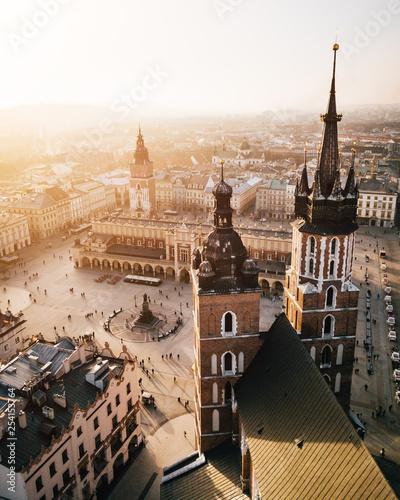 obraz PCV Kraków Bazylika Mariacka i Sukiennice z powietrza - Zachód Słońca