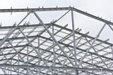 Struktura budynku z metalu ocynkowanego. Konstrukcja stalowa na tle nieba. Technologia cynkowania metali, aby zapobiec korozji.