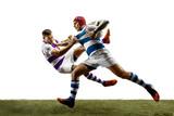 Sylwetka dwóch graczy kaukaski mężczyzna rugby na białym tle. Studio strzałów pasujących mężczyzn w ruchu lub ruchu z piłką. Skok i akcja. Niesamowity wysiłek wszystkich sił.