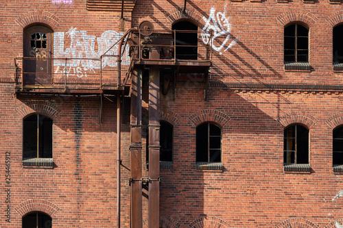 Berlin-Schöneweide - Denkmalschutz einer alten Brauerei und der Zerfall der alten roten Backsteingebäude