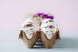 Leinwanddruck Bild - Niedlich bemalte Ostereier im Eierkarton - süße Ostergrüße