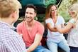 Glückliche Eltern im Auto mit Kindern