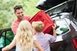 Kinder helfen Vater beim Koffer Verstauen
