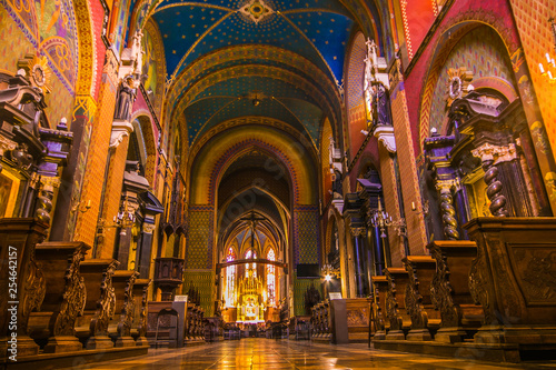 Meraviglioso interno colorata della chiesa di San Francesco di Assisi nella vecchia città di Cracovia