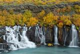 Herbst am Wasserfall Hraunafoss, Island