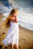 Bambina con i capelli lunghi al mare
