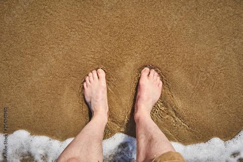 Barfuß im Wasser am Strand