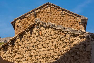 Dettaglio casa costruita con Mattoni in terra Cruda
