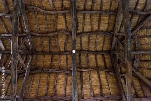 Soffitto in legno di un antica casa