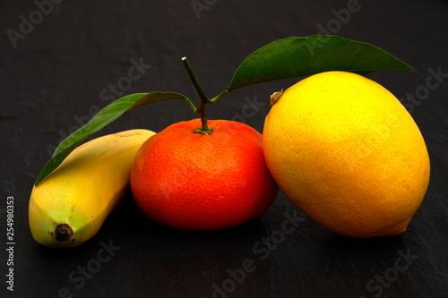 Frische tropische Früchte - 254980353