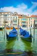 Des gondoles bleues sur le Grand Canal de Venise en été en Italie