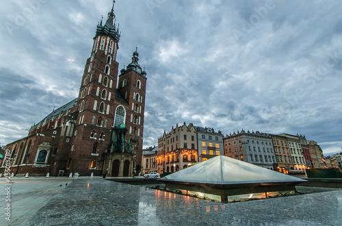 obraz PCV Basilica di Santa Maria nella piazza medievale del mercato di Cracovia in Polonia