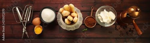 Ingredienti per tiramisù su un tavolo di legno
