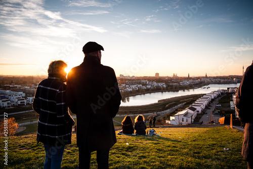 Leinwanddruck Bild Personen im Gegenlicht am Phoenix-See Dortmund