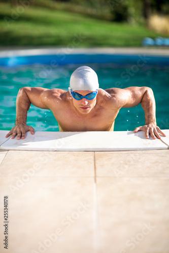 Leinwanddruck Bild Muscular swimming man in swimming pool