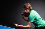 Chłopiec gra w ping ponga w tenisa stołowego