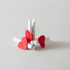 Trois petites pinces à linge décorées d'un coeur rouge