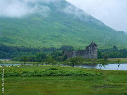 Leinwanddruck Bild Burgruine am See im schottischen Hochland