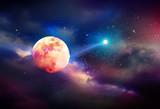 Ciemne nocne niebo z planetą, gwiazdami i pełnią księżyca.