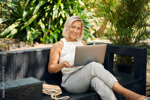 Leinwanddruck Bild Freelancer Woman Work by Laptop on Vacation