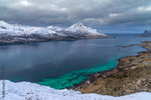 Fjord aux îles Lofoten en Norvège - 255383301