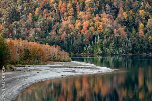 Lago Curruhué grande en otoño. © Leo Ridano