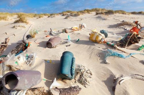 Plastikmüll am Strand  - 255568728