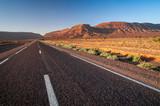 Einsame Strasse in marokknischer Wüstenlandschaft