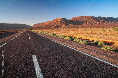 Einsame Strasse in marokknischer Wüstenlandschaft - 255629584