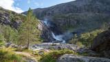Wasserfallwanderung bei Kinsarvik auf die Hardangervidda. Schöne Wanderung entlang wirklich beeindruckenden Wasserfällen im Husedalen Tal.