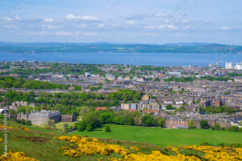 Leinwanddruck Bild Panorama von Edinburgh mit Holyrood Palace
