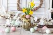 Leinwanddruck Bild - Frische Osterglocken und bunte Eier