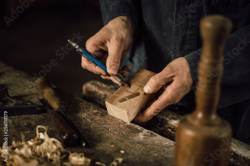 Foto Murales details of craftsmanship of wood