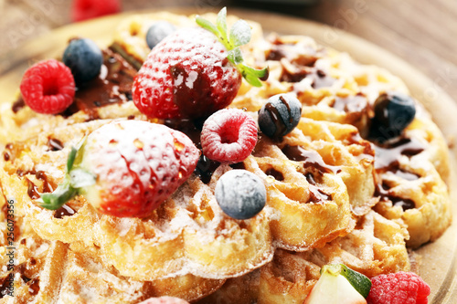 Leinwanddruck Bild Waffle. Traditional belgian waffles with fresh fruit and powder sugar on wood