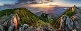 Górska dolina podczas wschodu słońca. Naturalny letni krajobraz na Słowacji