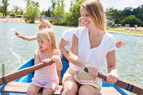 Glückliche Familie im Ruderboot auf einem See
