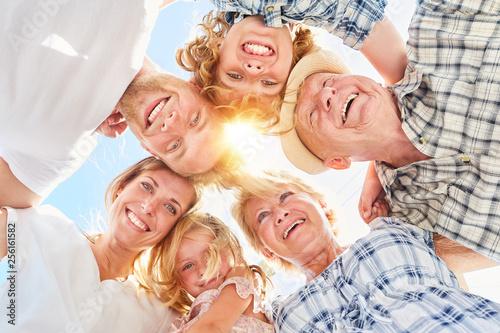 Leinwandbild Motiv Glückliche große Familie mit Kindern im Sommer
