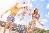 Fototapeta Fototapety do łazienki - Junge Familie mit Tochter beim Baden im Urlaub © Robert Kneschke