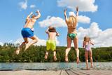 Glückliche Familie springt in einen See - 256161906