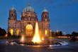 Leinwanddruck Bild - Dom Berlin mit Brunnen im Vordergrund und zur blauen Stunde