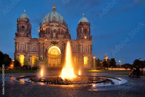 Leinwanddruck Bild Dom Berlin mit Brunnen im Vordergrund und zur blauen Stunde