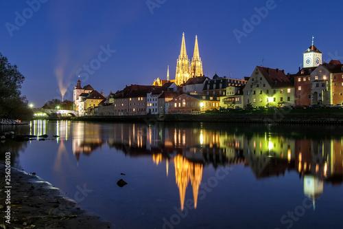 canvas print picture Blick auf die steinerne Brücke und dem Dom St. peter an der Donau in Regensburg zur blauen Stunde im Mondlicht