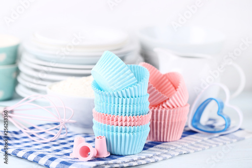Leinwanddruck Bild Colorful cupcake cases with kitchen utensils